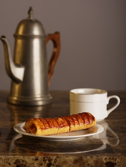 パイナップルのパンとティーポット1杯のお茶。