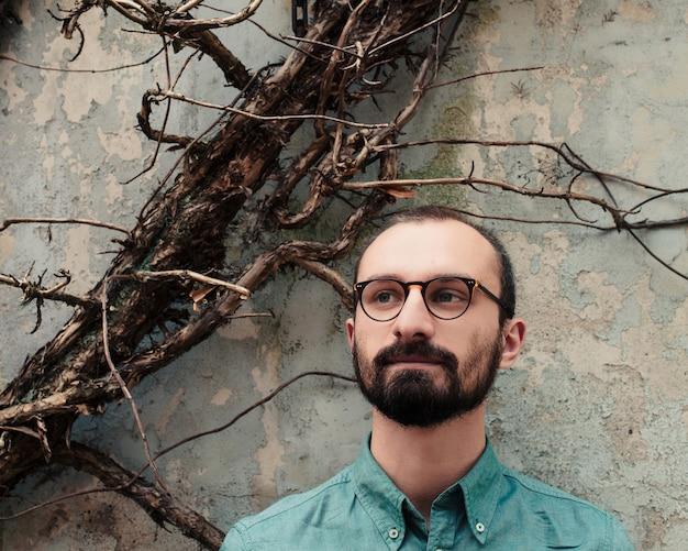 男髭眼鏡ストリートマンストリートデンハーグデンハーグシティーウォーク1植物壁ドライグレー