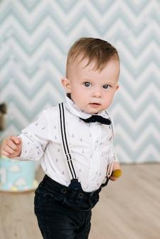 赤ちゃんの最初の誕生日。かわいい微笑の赤ん坊は1歳です。風船で子供たちのパーティーのコンセプト