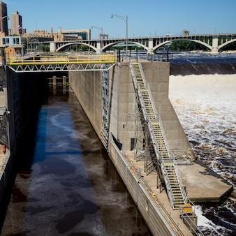 米国ミネソタ州ヘネピン郡ミネアポリスのミシシッピ川のロックとダム第1号