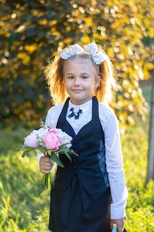 白の弓が付いた制服姿の美少女が1年生