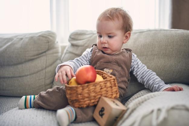 ソファーに座っているかわいい1歳の男の子の肖像画