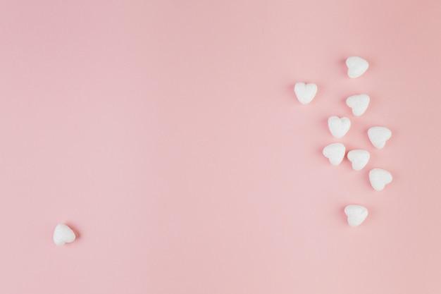 1つの心臓はグループから離れたキャンディを形作った