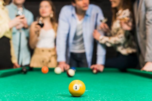 スヌーカーのテーブルに1つの番号を持つ黄色のビリヤードボールのクローズアップ