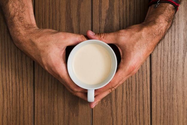 トップビュー両手コーヒー1杯