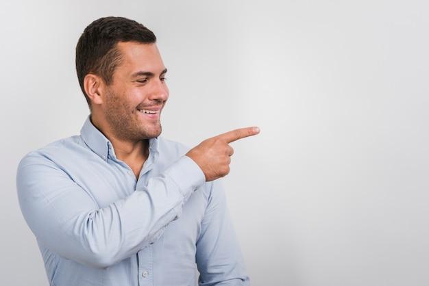 コピースペースを持つ1つの側面を見ている男の笑みを浮かべてください。