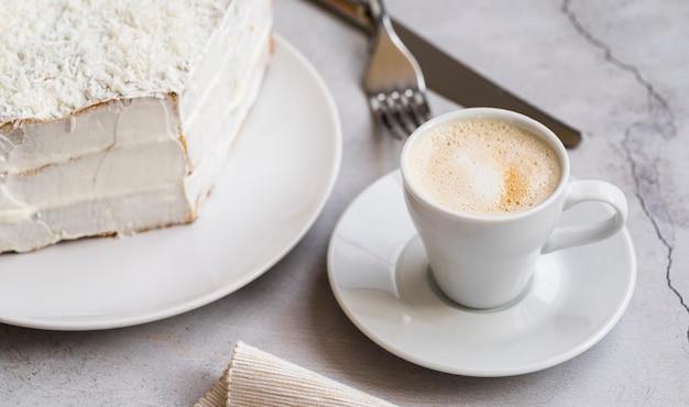 クローズアップのおいしいデザートとコーヒー1杯