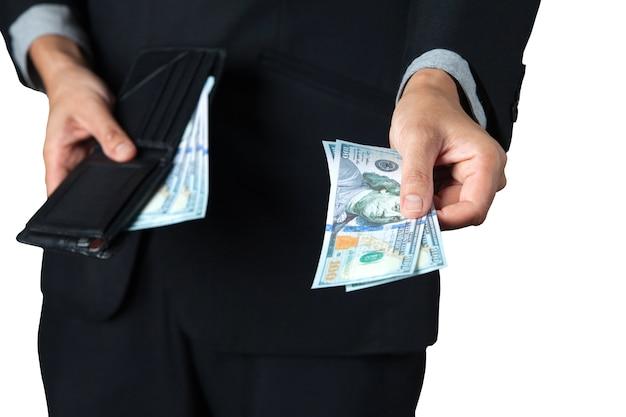 その実業家は、白い背景を持つ賃金や寄付のために財布から1ドルを奪った。