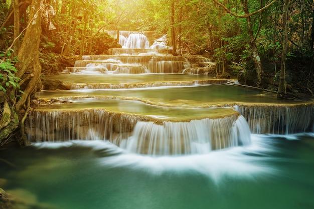 クアン・スリナガリンド国立公園にあるフェイ・メイ・カミンの滝のレベル1