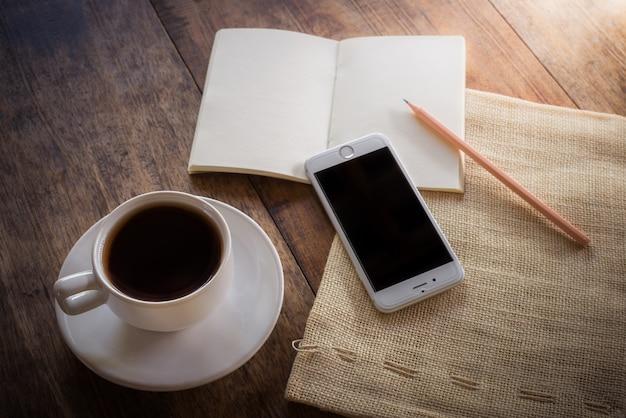 木製のテーブルの上のコーヒー1杯