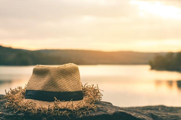美しい自然の中で1つの帽子。