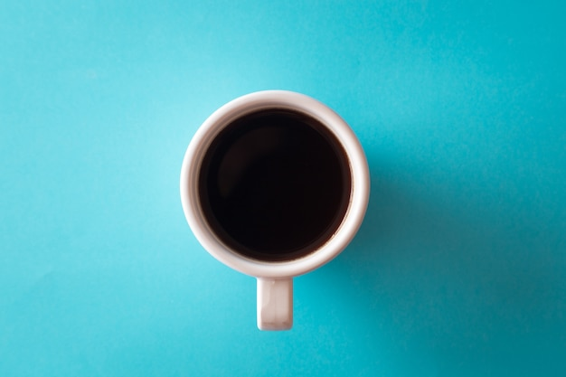 青色の背景にコーヒー1杯