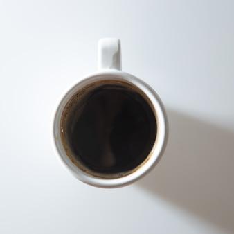 白い背景の上のコーヒー1杯