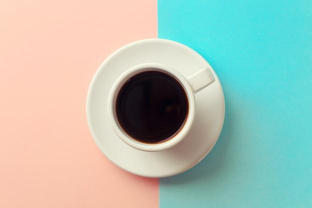 青とオレンジ色の背景にコーヒー1杯