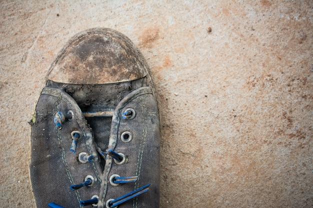 1つの汚れた靴