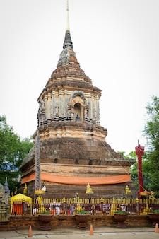 日没、タイのチェンマイで最も古い寺院の1つでワットロックモリーの塔