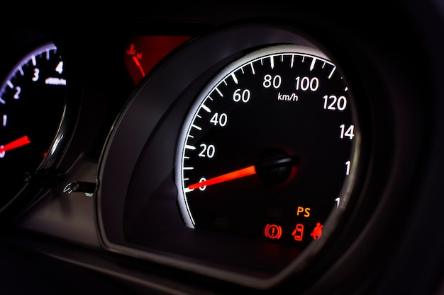 1時間あたりのキロメートルの車速計と注意記号。
