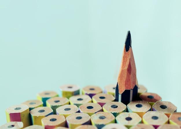 1つの鋭い鉛筆は、他の新しい鉛筆から目立つ。