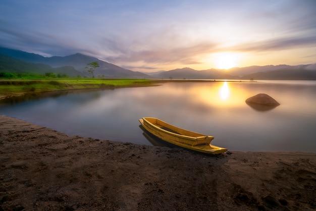 周囲の美しい景色が広がる貯水池に1隻のボート