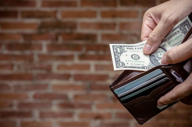 財布に1ドルのお金。