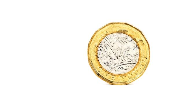 クローズアップホワイトバックグラウンド上のイギリスから1ポンド硬貨の分離