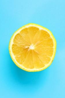 1つのオレンジ色の果物のトップビュー