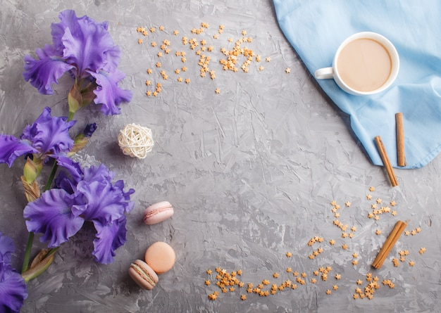 紫色のアイリスの花と灰色のコンクリートの上にコーヒー1杯