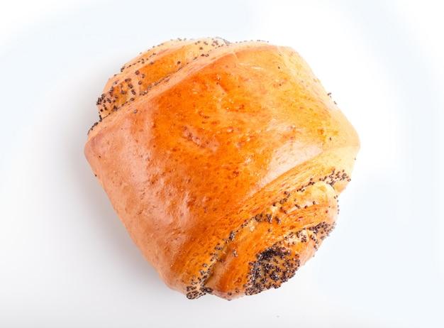 白い背景で隔離のケシの実と1つのパン