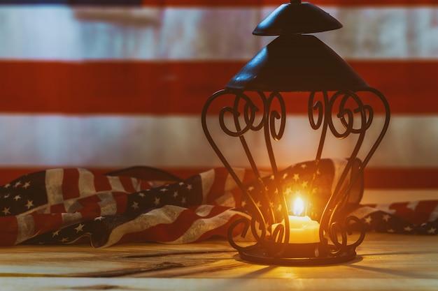 米国旗の背景に1つのろうそくの炎の記念撮影