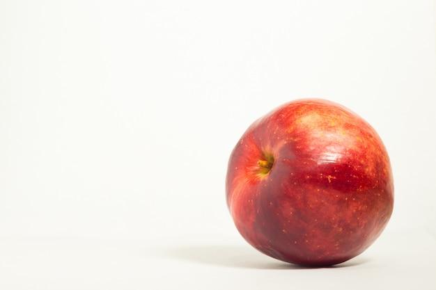 白い背景の上の1つの赤いリンゴ