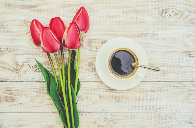 朝食用のテーブルの上のコーヒー1杯