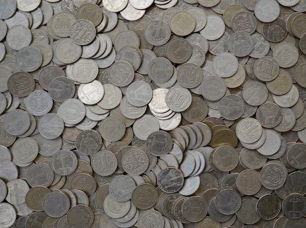 Большое количество блестящих украинских старых 1 гривен монеты заделывают. концепция богатой жизни в украине