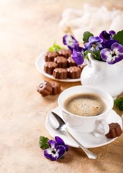 チョコレート菓子とコーヒー1杯