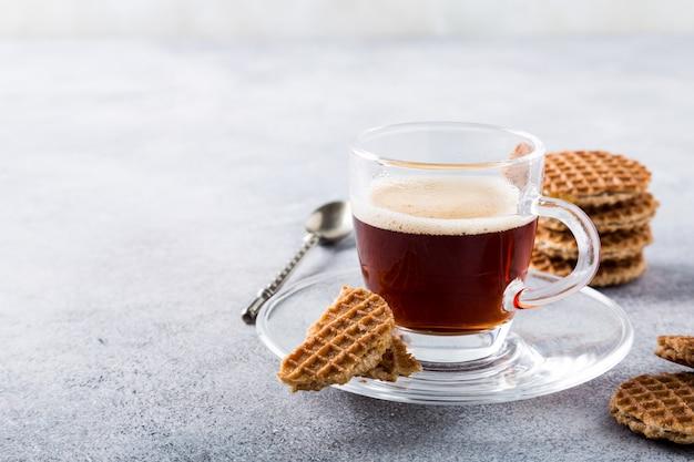 シロップワッフルクッキーとコーヒー1杯