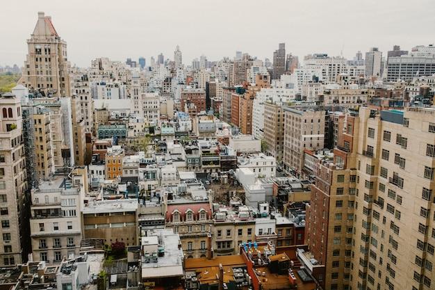 1日の高層ビルの窓からのニューヨーク市の眺め