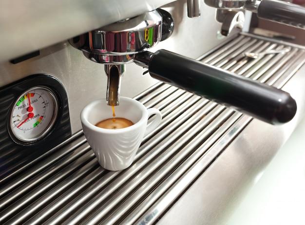 エスプレッソマシンでコーヒーを1杯作ります。