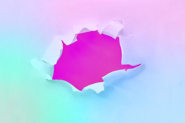 明るいネオン紙の破れた紙の穴、紫色の1つ、コピースペースとフラットレイアウト