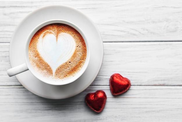 テーブルの上の心とコーヒー1杯