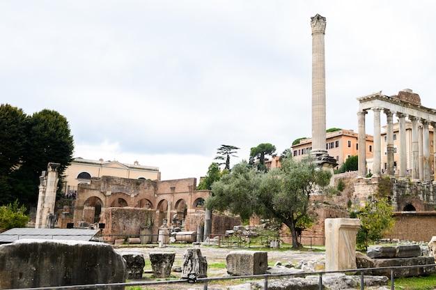 フォロロマーノ、フォロロマーノ、ローマ、イタリア。アンティークフォロロマーノは、ローマの主要な観光名所の1つです。ローマ中心部の古い遺跡の風景。イタリア、ローマ。
