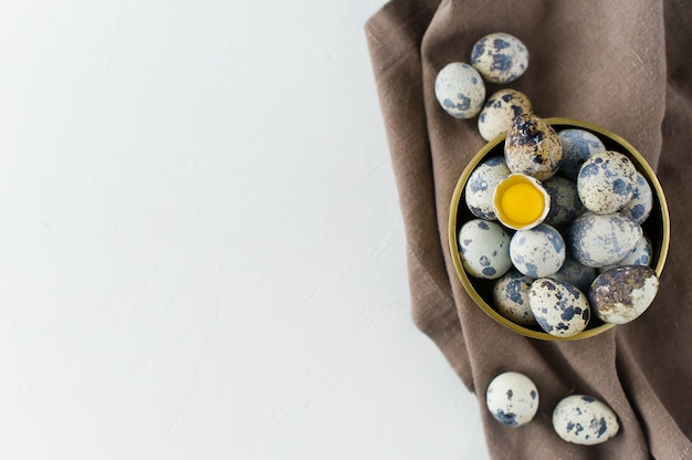 ウズラの卵、1つの壊れた卵。
