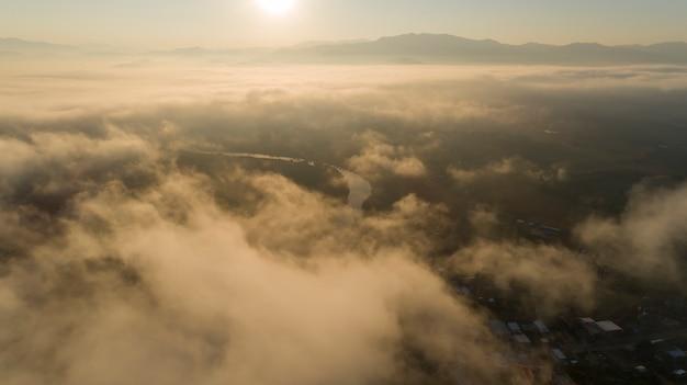 山のカラフルな日の出のパノラマビュー(1つの単語のタグ。線なし。無関係のようななし