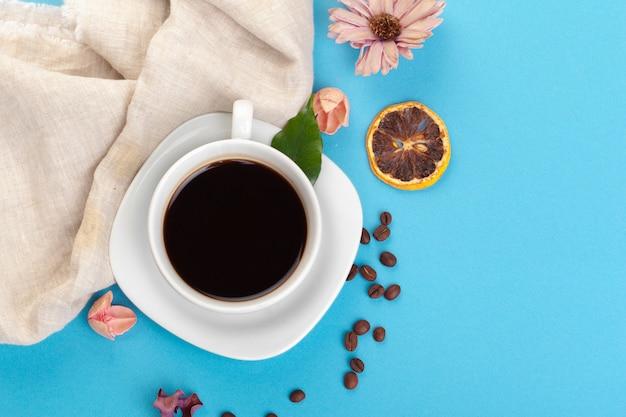 青いテーブルの上のコーヒー1杯