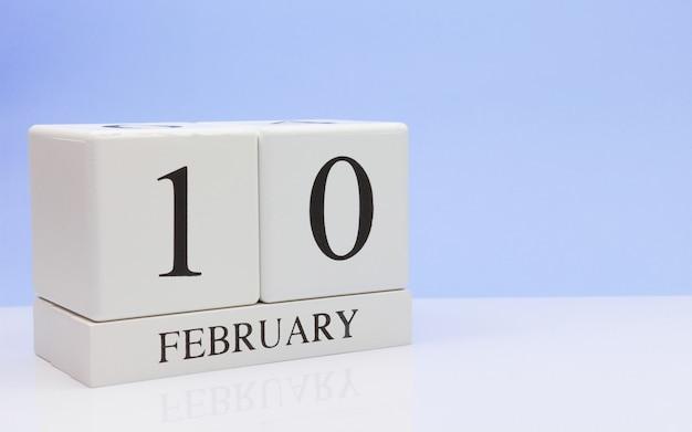 2月10日月の10日目、白いテーブルに毎日のカレンダー。