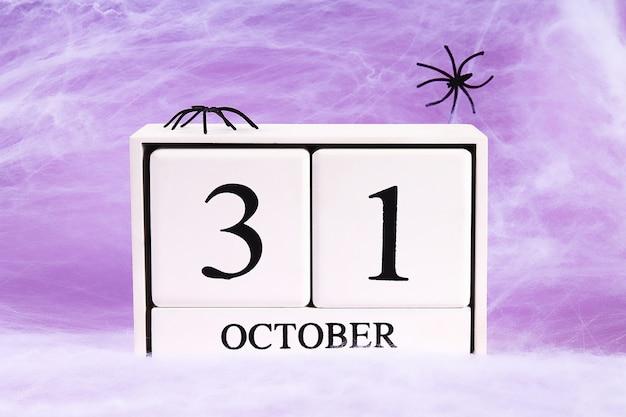 ハロウィーンの休日の概念。 2つの黒いクモの巣を持つ白いクモの巣。 10月31日