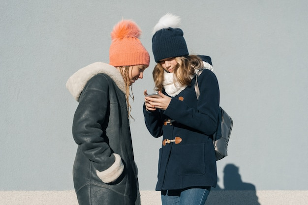 2人の10代の少女のクローズアップ屋外冬のポートレート
