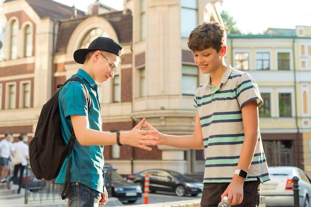 2人の10代の少年の友情とコミュニケーション