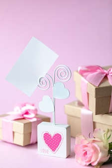 名刺、ピンクのホリデーカード。はがき2月14日、バレンタインデー。