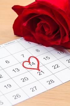 2月14日に赤いマークが付いたカレンダー。バレンタインデーのコンセプト
