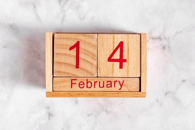 木製カレンダーの2月14日