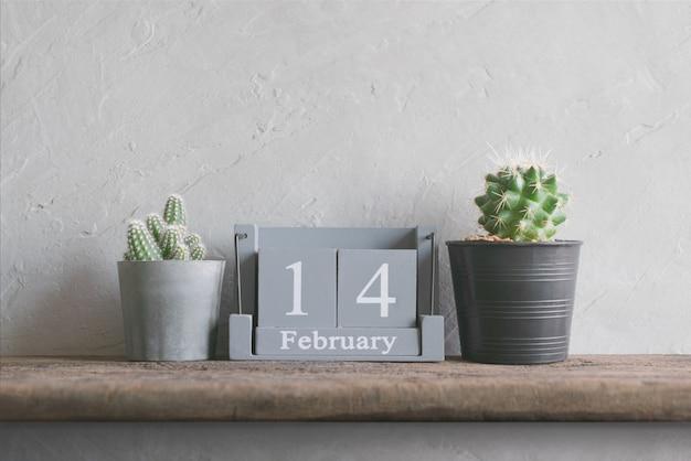 木製テーブルの上の2月14日のビンテージ木製カレンダー